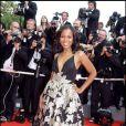 Kerry Washington dans une somptueuse robe noire au décolleté profond et imprimée de fleurs dorées... Cannes 2008
