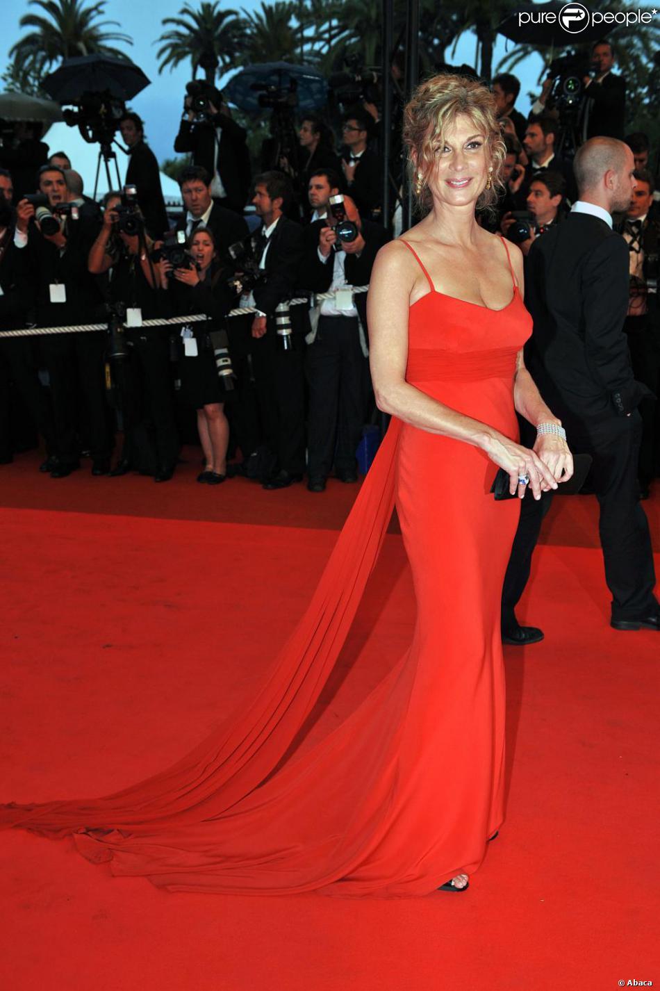 Michèle Laroque dans une robe rouge Armani ornée d'une ... Bar Refaeli Divorce