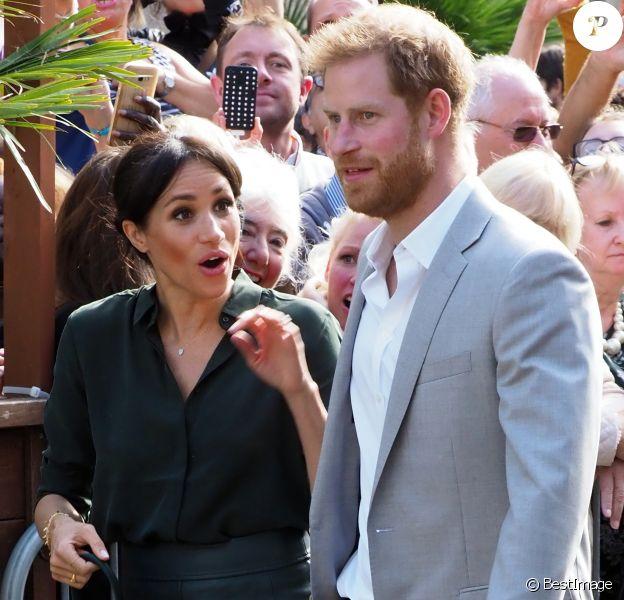 Le prince Harry, duc de Sussex, et Meghan Markle, duchesse de Sussex sont accueillis par des enfants lors de leur visite au Brighton Pavilion à Brighton le 3 octobre 2018.