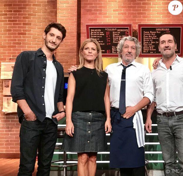 Pierre Niney aux côtés de Gilles Lellouche, Guillaume Canet, Alain Chabat et Marina Foïs pour Burger Quiz.