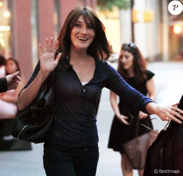 Exclusif - Carla Bruni-Sarkozy et son mari Nicolas Sarkozy quittent l'hôtel Carlyle à New York pour aller dîner le 17 juin 2017.