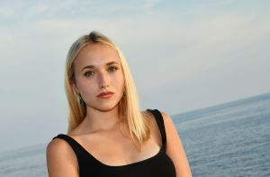 Chloé Jouannet : Cheveux ondulés, glamour et sexy, elle attire les regards !