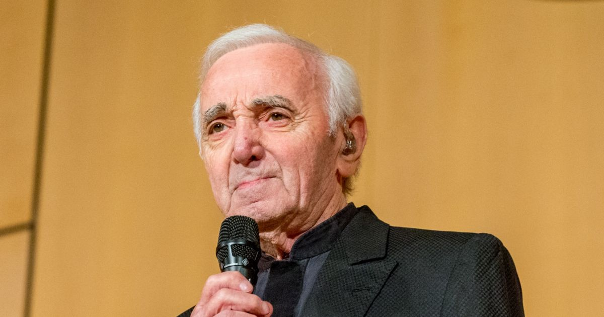 charles aznavour son cimeti re envahi par les fans un mois apr s sa mort purepeople. Black Bedroom Furniture Sets. Home Design Ideas
