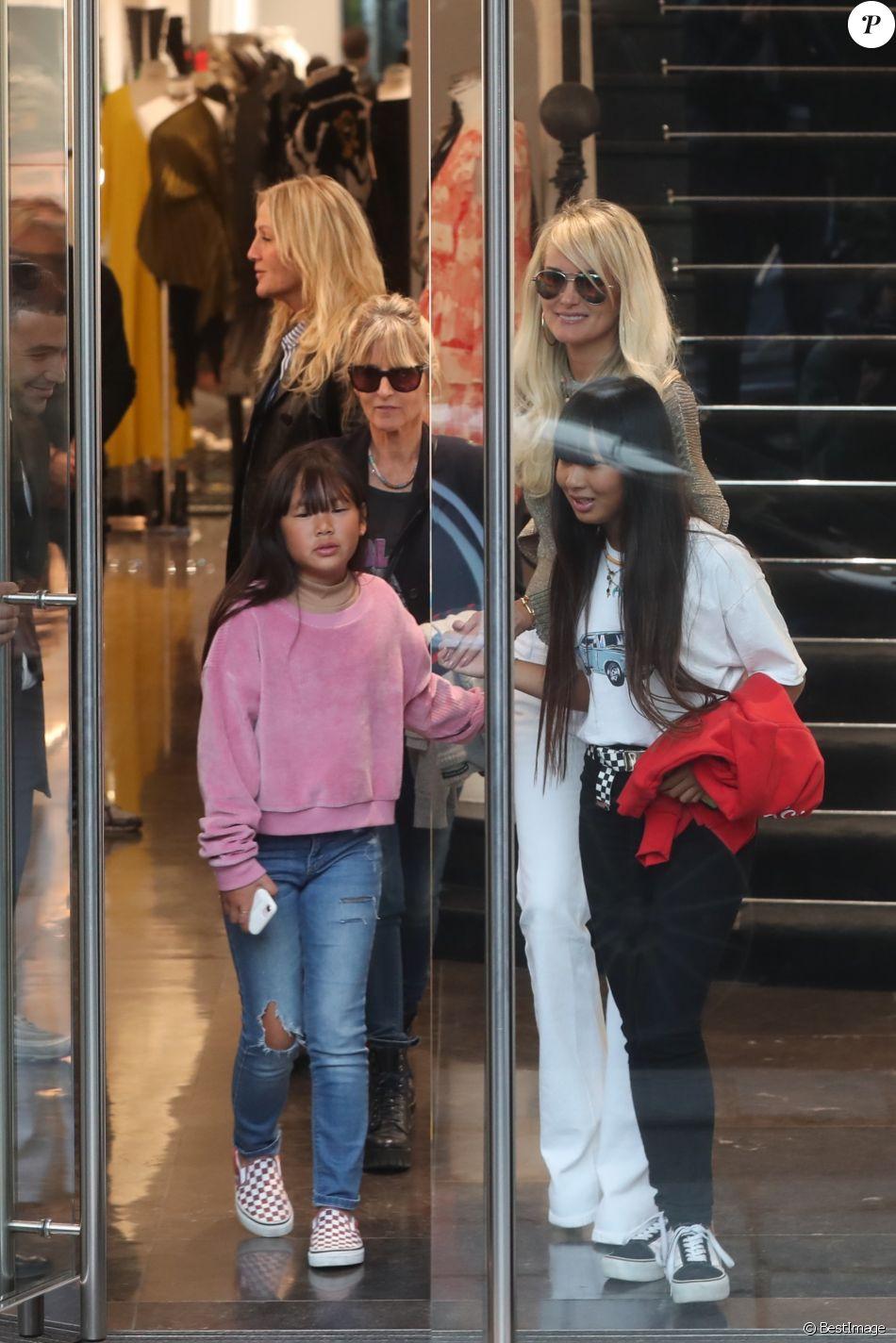 Laeticia Hallyday, ses filles Jade et Joy et son amie Sylviane  Destaillats (nounou de Jade et Joy) à  la boutique Montaigne Market à Paris le 9 octobre 2018.