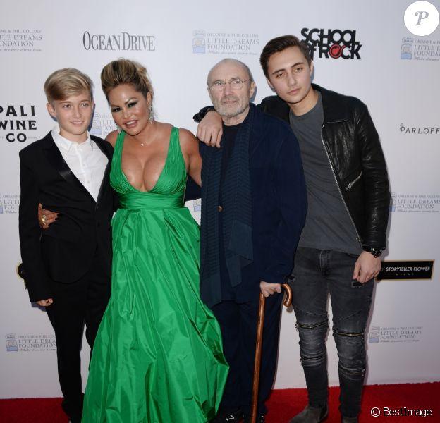 """Phil Collins avec sa femme Orianne et ses fils Matthew et Nicholas au photocall de la soirée de gala """"Dreaming on the Beach"""" à Miami, le 15 novembre 2018."""