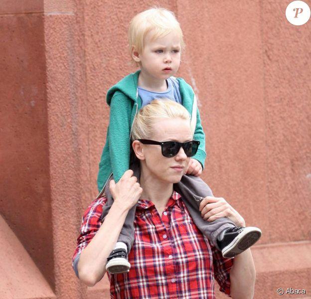 Naomi Watts et son fils Alexander ''Sasha'' à New York lors de la parade au Washington Square Park le 16 mai 2009