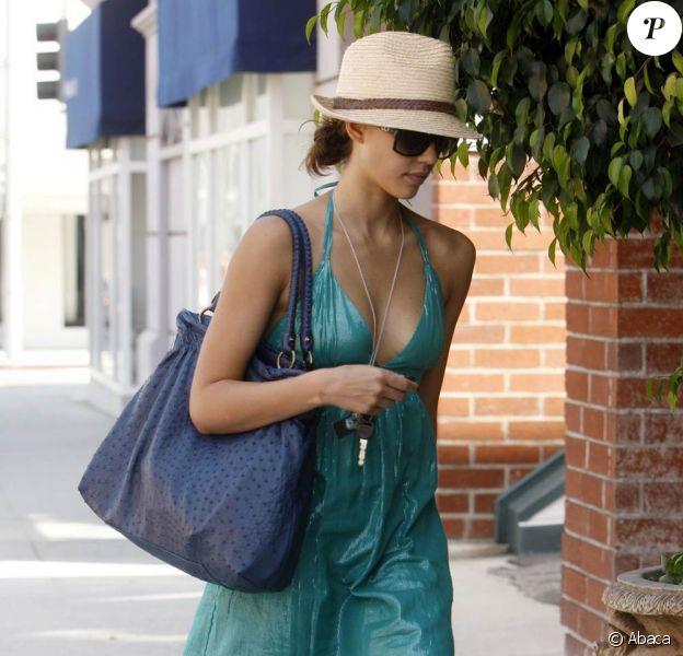 Jessica Alba, à Beverly Hills le 17 mai 2009 avec ses nouvelles tongs de chez... Gérard Darel of course !
