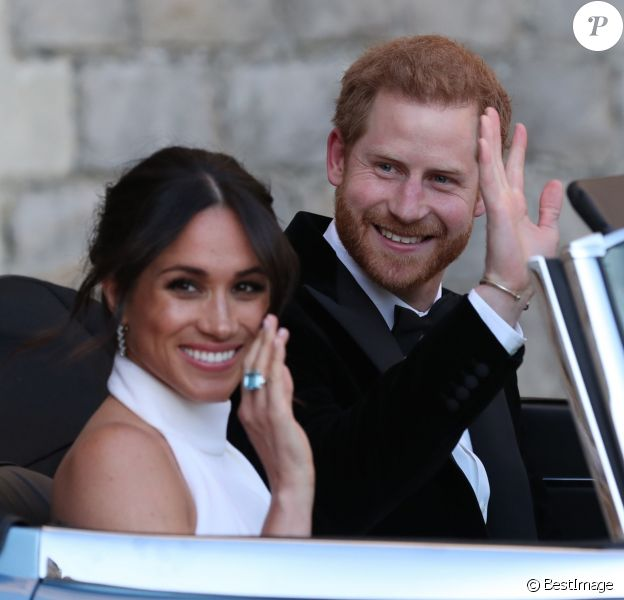 Le prince Harry, duc de Sussex, et Meghan Markle, duchesse de Sussex quittent le château de Windsor à bord d'une Jaguar Type E cabriolet en tenue de soirée après leur cérémonie de mariage, pour se rendre à la réception à Frogmore House à Windsor le 19 mai 2018.
