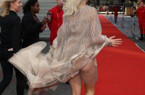 Rita Ora dévêtue : Un coup de vent sous sa robe en montre un peu trop...