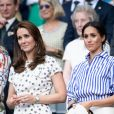 Kate Middleton, duchesse de Cambridge, et Meghan Markle, duchesse de Sussex, à Wimbledon le 14 juillet 2018.