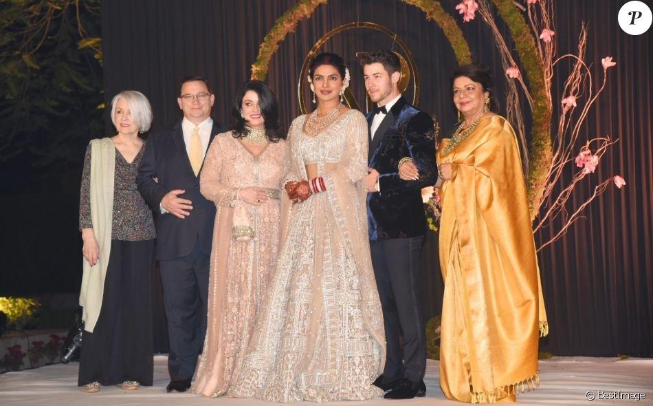 Priyanka Chopra et Nick Jonas et leurs familles : la grand-mère de Nick Jonas, Frances Madonia-Miller, les parents de Nick Jonas, Denise et Paul Kevin Jonas, Sr. et la mère de Priyanka, Madhu Chopra assistent à une nouvelle réception de mariage à New Delhi en Inde, le 4 décembre 2018.