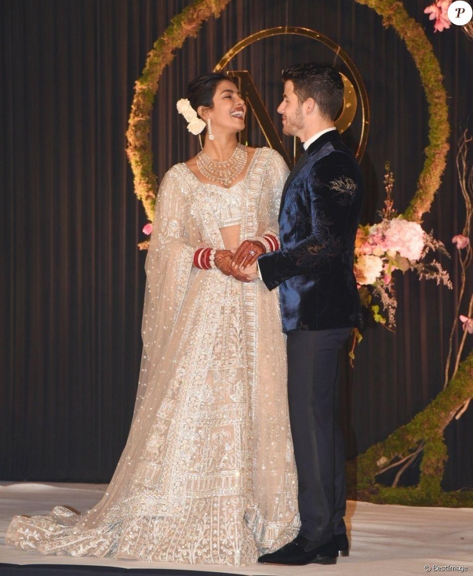 Priyanka Chopra et Nick Jonas arrivent à leur réception de mariage avec leurs familles à New Delhi en Inde, le 4 décembre 2018.