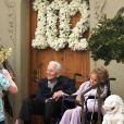 Kirk Douglas célèbre ses 102 ans avec sa femme Anne Buydens devant leur domicile de Beverly Hills à Los Angeles, le 9 décembre 2018.