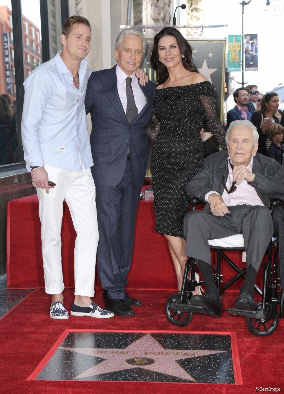 Cameron Douglas avec son père Michael Douglas, sa belle-mère Catherine Zeta-Jones et son grand-père Kirk Douglas - Les célébrités arrivent à la remise de l'étoile de Michael Douglas sur le Walk of Fame à Hollywood, le 6 novembre 2018