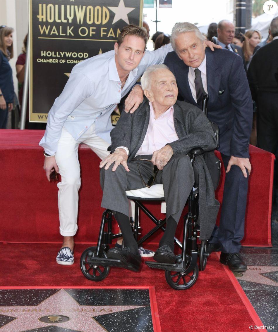 Cameron Douglas avec son père Michael Douglas et son grand-père Kirk Douglas - Les célébrités arrivent à la remise de l'étoile de Michael Douglas sur le Walk of Fame à Hollywood, le 6 novembre 2018