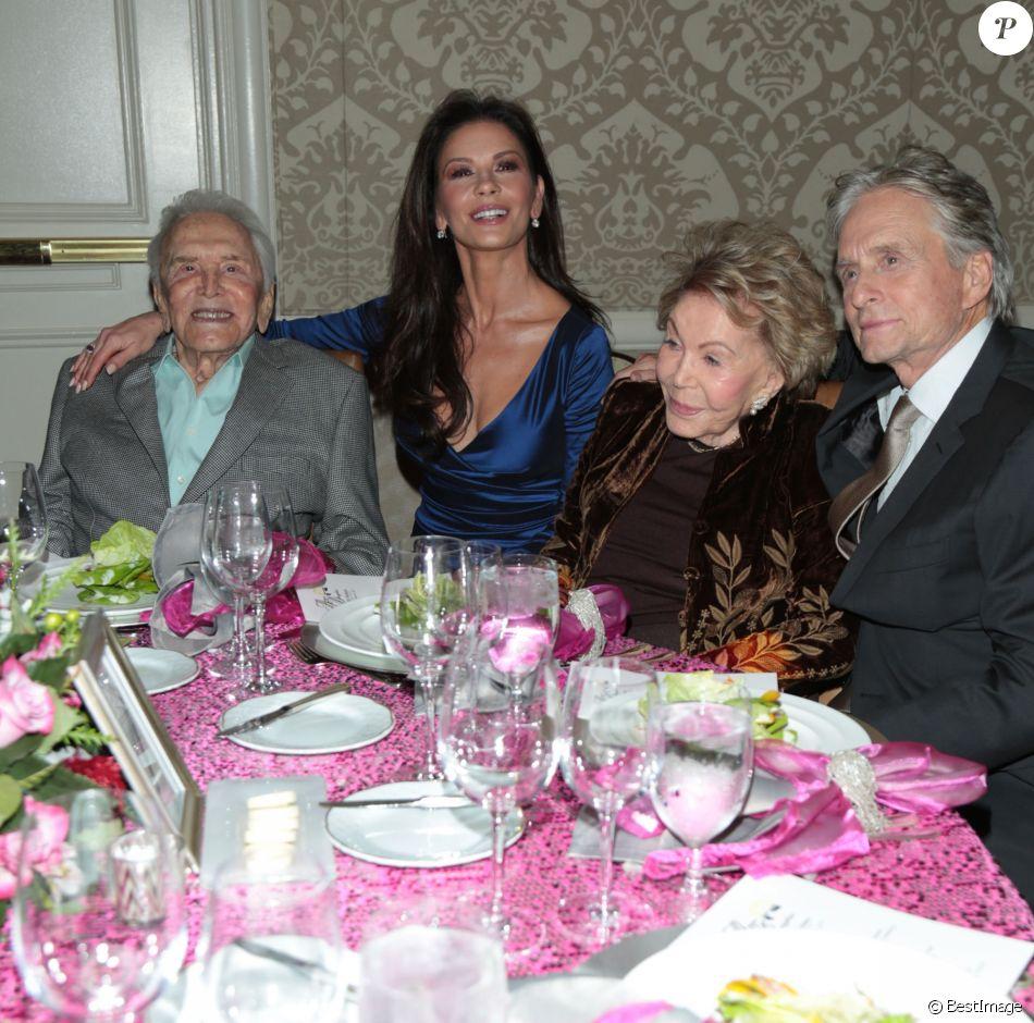 Kirk Douglas, Catherine Zeta-Jones, Anne Buydens et Michael Douglas lors de la soirée 7th Annual Legacy of Vision Gala à Los Angeles le 9 novembre 2017.