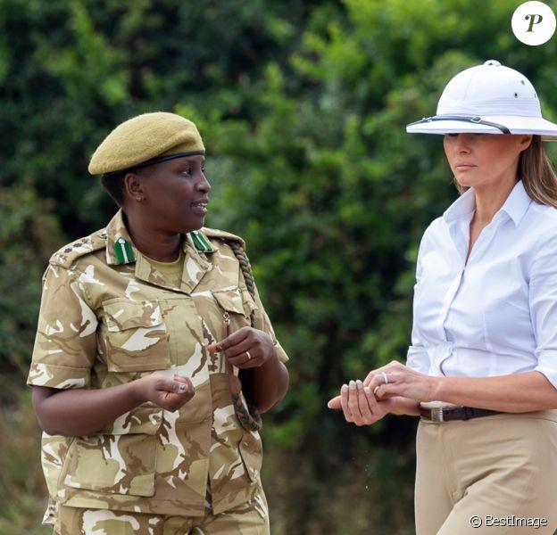Melania Trump porte un casque colonial à Nairobi, au Kenya, lors de sa première visite officielle à l'étranger en solo, le 5 octobre 2018.