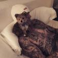 Justin et Hailey Baldwin ont adopté un chien. Le couple présente Oscar. Décembre 2018.