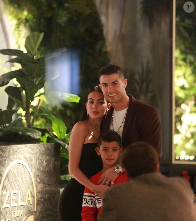 Cristiano Ronaldo, sa compagne Georgina Rodríguez et son fils Cristiano Ronaldo Jr. ont dîné au restaurant Zela à Londres le 13 novembre 2018.