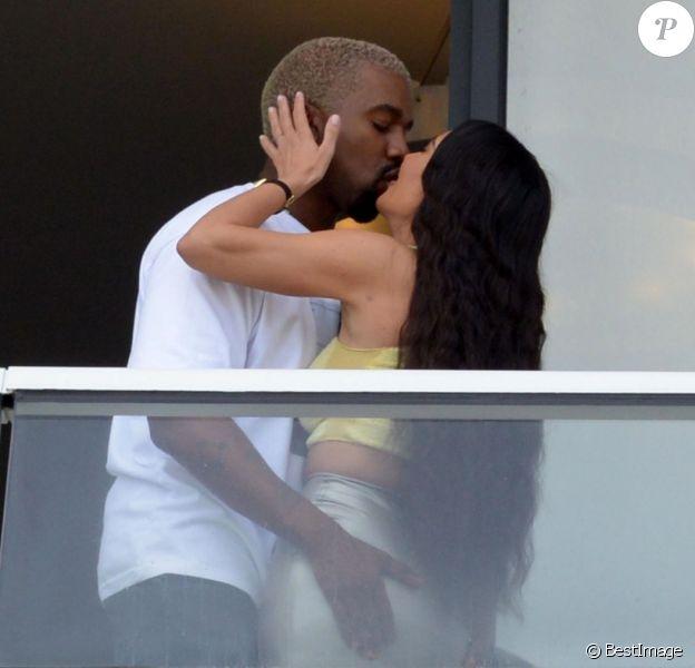 Kanye West et sa femme Kim Kardashian sur le balcon de leur appartement à Miami, le 4 janvier 2018.