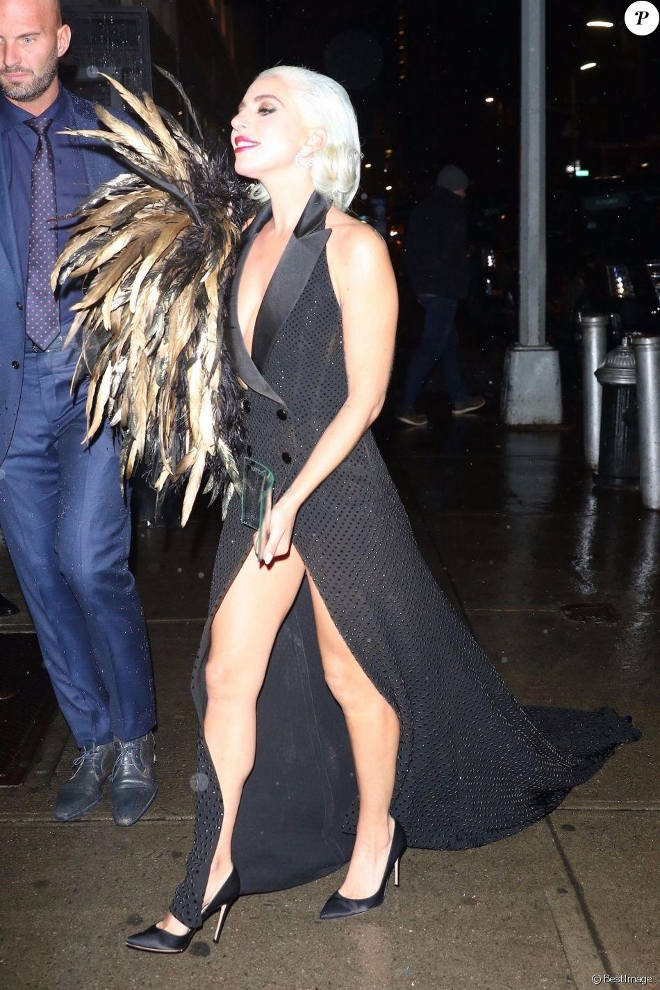 """Lady Gaga (Robe Ralph Lauren) arrive avec son prix """"Meilleure actrice"""" au restaurant Cipriani pour la soirée """"The National Board of Review Annual Awards Gala 2019"""" à Los Angeles. Le 8 janvier 2019"""