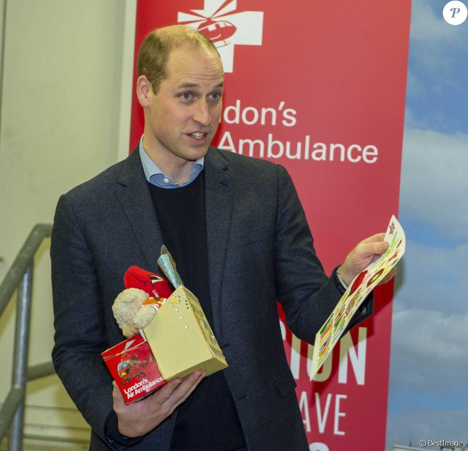 Le prince William, duc de Cambridge, célébrait le 9 janvier 2019 à l'Hôpital royal de Londres les 30 ans de l'association London Air Ambulance, un service d'ambulances aériennes. Dans sa main droite, un jouet que son fils Louis adorera mâchouiller !