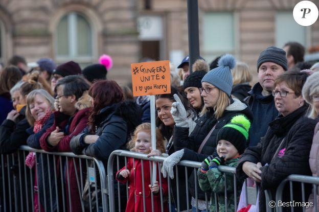 Le public attend le prince Harry et Meghan Markle lors d'une visite à Birkenhead le 14 janvier 2019.