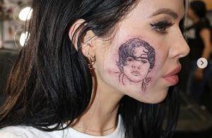 Harry Styles : Une fan se fait tatouer le visage du chanteur sur la joue