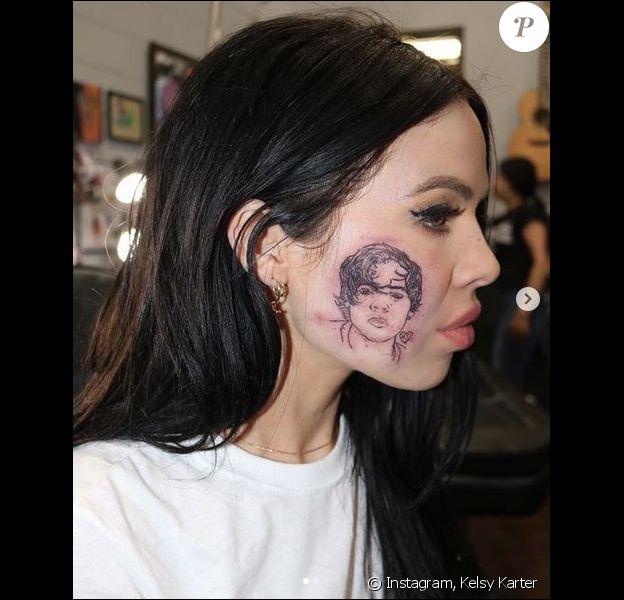 Kelsy Karter dévoile son nouveau tatouage : le visage de Harry Styles, dessiné sur sa joue droite. Janvier 2019.