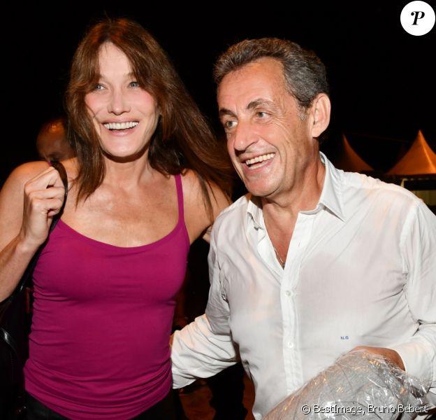 "Exclusif - Carla Bruni-Sarkozy pose avec son mari Nicolas Sarkozy après son concert lors du 58ème festival ""Jazz à Juan"" à Juan-les-Pins le 17 juillet 2018. © Bruno Bebert/Bestimag"