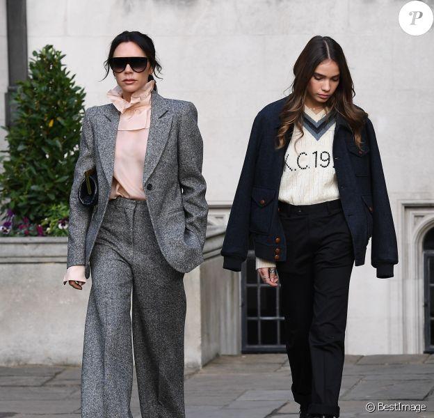 Victoria Beckham et Hana Cross au défilé Kent & Curwen à Londres le 6 janvier 2019.