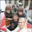 Paul Belmondo est venu avec ses fils Alessandro et Victor encourager sa femme Luana sur le départ du Rallye des Princesses, le 1er juin 2009