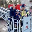 Le prince Oscar de Suède lors d'une visite d'une caserne de pompiers le 15 février 2019 avec son père le prince Daniel. © Cour royal de Suède