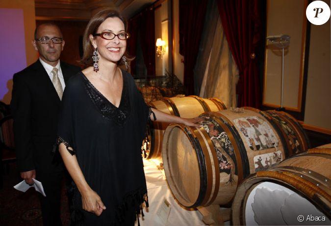 carole bouquet bordeaux lors d 39 une vente aux ench res de vin au profit de l 39 association la. Black Bedroom Furniture Sets. Home Design Ideas