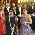 La reine Letizia d'Espagne (robe Felipe Varela) au côté de la première dame du Pérou Maribel Diaz Cabello au dîner de gala en l'honneur du couple présidentiel péruvien au palais royal à Madrid, le 27 février 2019.