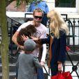 Claudia Schiffer accompagne son fils Casper à l'école