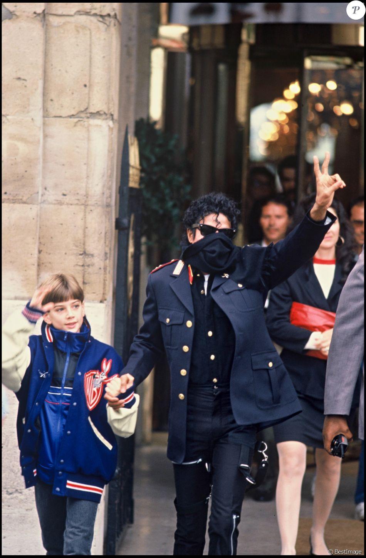 Michael Jackson et James Safechuck à Paris, le 6 juin 1988.