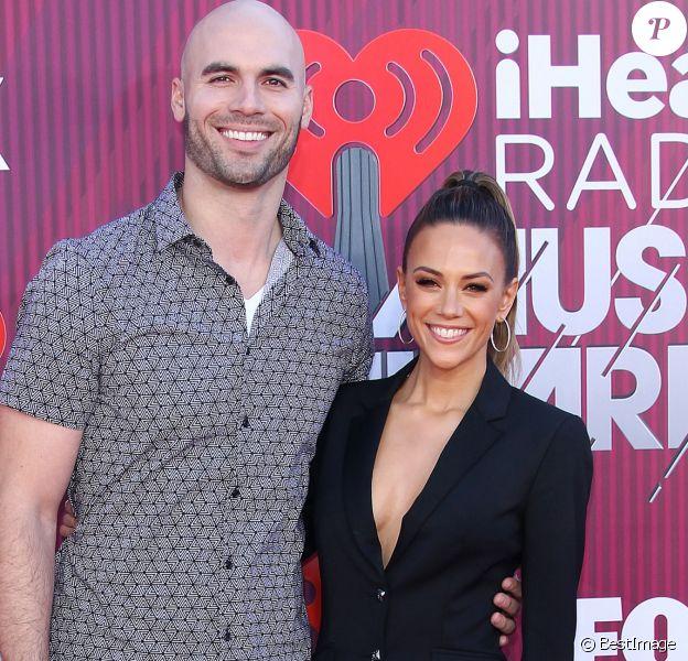 "Jana Kramer et son mari au photocall des ""2019 iHeart Radio Music Awards"" au Microsoft Theatre à Los Angeles, le 14 mars 2019."