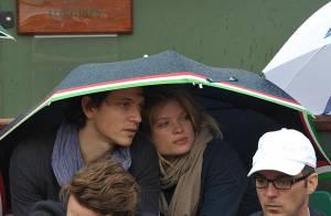 Melanie Thierry et Raphaël, moments de tendresse à Roland-Garros sous un petit coin de parapluie... et de paradis !
