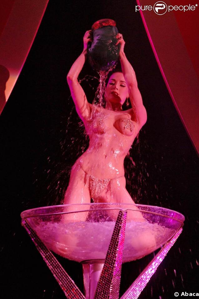 Dita Von Teese absolument sublime lors de l'un de ses célèbres shows !