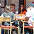 Emily Ratajkowski et son mari Sebastian Bear-McClard sont allés déjeuner avec des amis au restaurant Sant Ambroeus à New York. Les amoureux se câlinent dans les rues de Soho. Emily laisse entrevoir sa silhouette de mannequin dans un crop top orange assorti à une jupe très moulante, le 6 avril 2019.