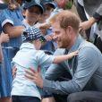 Le prince Harry, duc de Sussex et sa femme Meghan Markle, duchesse de Sussex (enceinte), accueillis par des élèves australiens, ont vécu un adorable moment lorsqu'un petit garçon de 5 ans , atteint de trisomie 21, a sauté dans les bras du prince avant de faire un câlin à la duchesse à leur arrivée à Dubbo, le 17 octobre 2018.