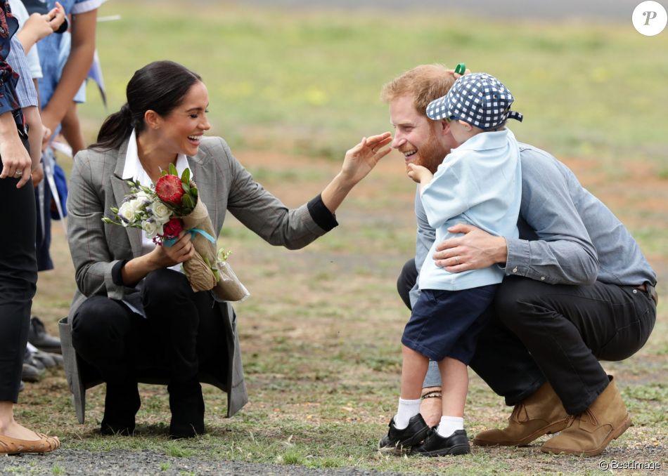 Le prince Harry, duc de Sussex et sa femme Meghan Markle, duchesse de Sussex (enceinte) ont vécu un adorable moment lorsqu'un petit garçon de 5 ans a sauté dans les bras du prince avant de faire un câlin à la duchesse à leur arrivée à Dubbo, le 17 octobre 2018.