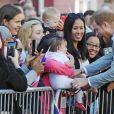 Le prince Harry et Meghan Markle saluent les habitants de Chichester dans le Sussex le 3 octobre 2018.
