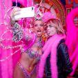 Exclusif - Cara Delevingne pose avec les danseurs de la revue du Moulin Rouge à Paris, France, le 9 avril 2019. © Marc Ausset-Lacroix/Bestimage
