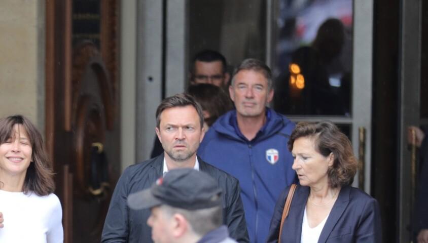Sophie Marceau en jean et t-shirt et sans maquillage à la sortie de l'hôtel Crillon à Paris le 11 juin 2018.