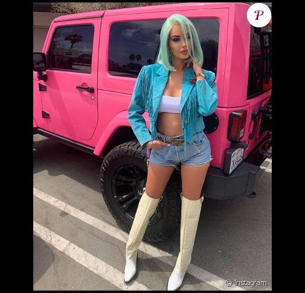 Nabilla, enceinte de trois mois, s'affiche en look et perruque bleus à Coachella, le 14 avril 2019.