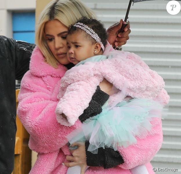 Exclusif - Khloe Kardashian est allée déjeuner avec sa fille True à Calabasas. Khloe porte un manteau rose Teddy Bear. Le 2 mars 2019.