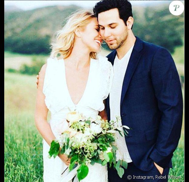 Anna Camp et Skylar Astin lors de leur mariage le 10 septembre 2016