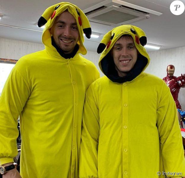 Louis Ducruet en Pikachu avec son demi-frère Michaël Ducruet lors de son enterrement de vie de garçon à Tokyo au Japon en avril 2019. Instagram.